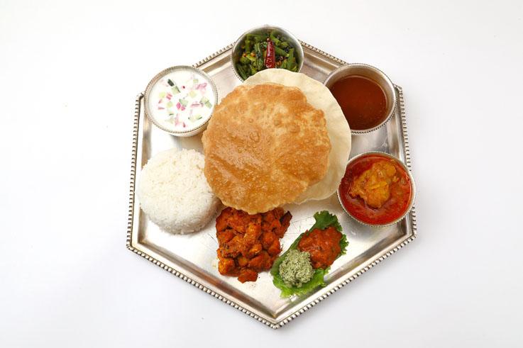 ミールス Bセット お肉のコース ¥2200,Meals B-set for Non-Vegetarian / ラッサム(酸味のきいた辛いスープ)Rasam / お肉のカレー1品(チキン/マトン/チキンキーマ/チキンクルマから) 1 kind of Currys from Chicken. Mutton, Chicken Keema or Chicken Korma Curry / ポリヤル(野菜のスパイス炒め) Poriyal / ライター(ヨーグルトサラダ)もしくは プレーンヨーグルト Raitha or Plain Curd / チキンフライ(鶏胸肉のスパイス炒め)Chicken Fry ライス(日本米もしくはジャスミンライス) Rice (Japanese or Jasmine Rice) / プーリー(全粒粉の揚げパン)Puri / パパド(揚げせんべい)Papad / レモンピクルス と 香草のフレッシュソース Lemon Achar and Green Chutney