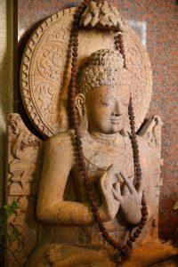 南インド料理レストラン「ダルマサーガラ」入り口で微笑むブッダ